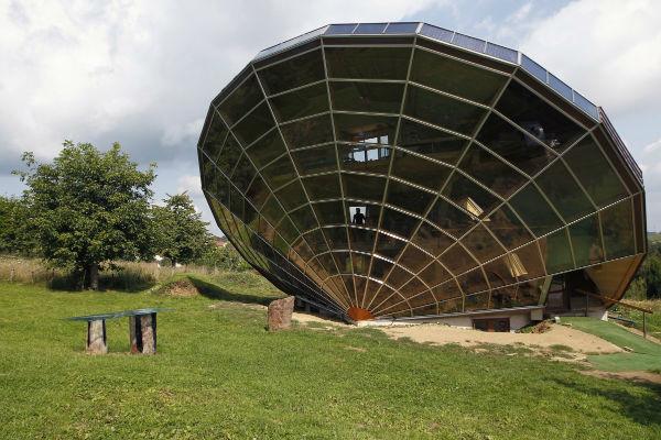 خانه خورشیدی که نزدیک به شهر استراسبورگ فرانسه احداث شده، به عنوان شاخص آفتاب مورد استفاده قرار می گیرد و در زاویه ای بسیار مناسب نسبت به خورشید احداث شده است