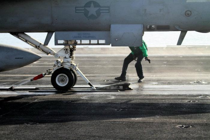 فردی که در تصویر مشاهده می کنید، هواپیما را برای قرار گیری در محل هدایت می کند