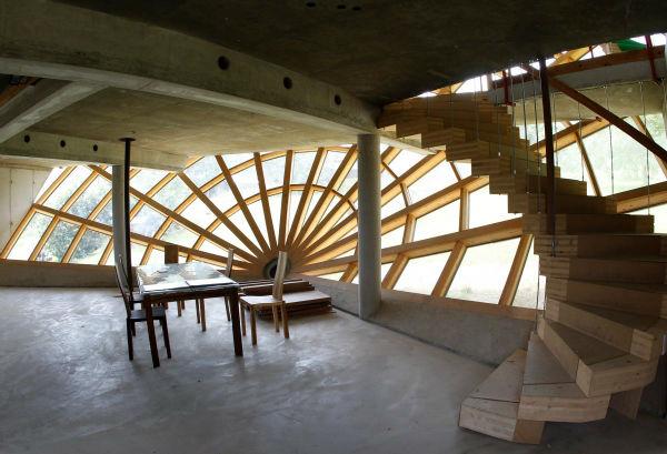 درون خانه خورشیدی در فصل تابستان هوایی مطبوع دارد و در زمان های دیگر، نور خورشید برای گرم نمودن فضا به ساخنمان وارد می شود