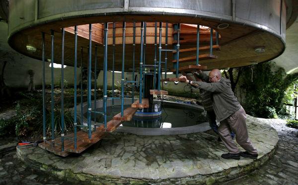خانه ساخته شده توسط «بوهامیل لوتا» ی 73 ساله، می تواند به بالا و پایین حرکت نموده و بچرخد. به این ترتیب می توان موقعیت آن را در زمان دلخواه تغییر داد.