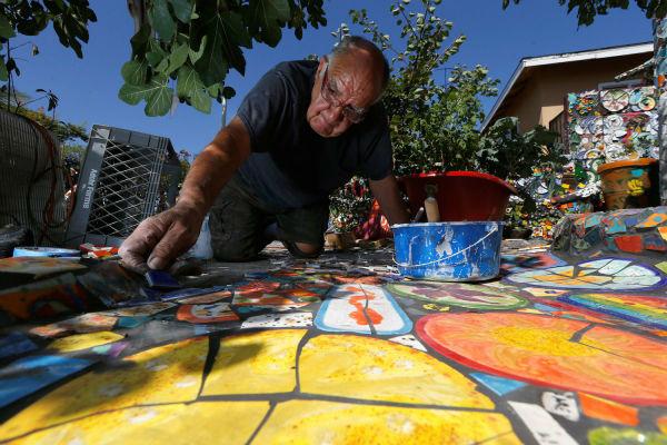 «گنزالو دوران» و «شِری پَن» که در کالیفرنیا با یکدیگر زندگی می کنند، تصمیم گرفتند با استفاده از لوازم اضافی، کاشی های رنگارنگ و قطعات سفالی، سقف، کف و دیوارهای خانه خود را تزیین کنند