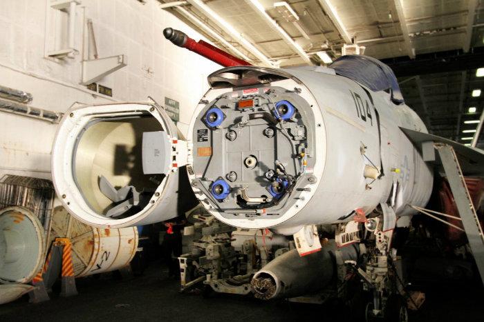 تمام هواپیماها از جهات مختلف مورد تعمیر قرار می گیرند و هر جتی در این جا نگهداری می شود