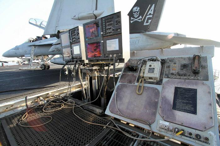 دستگاه های تجهیزات افسران سیگنال فرود را مشاهده می کنید.