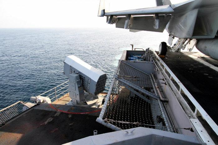 در پشت کشتی، یک آتشبار موشکی رو به دریا دیده می شود.