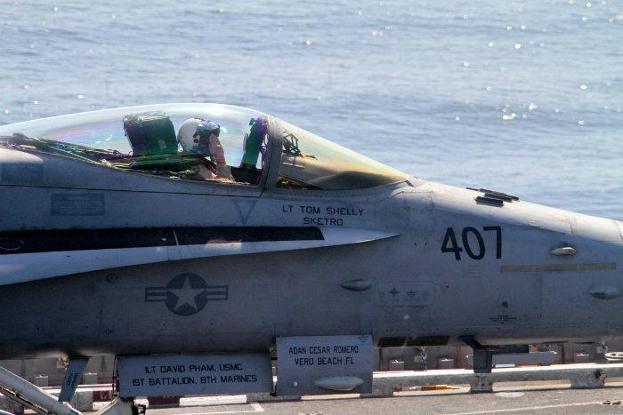 با زوم کردن بر روی آن، می توانیم خلبان «تام شِلی» را ببینیم که به خدمه اش بر روی زمین ادای احترام می کند