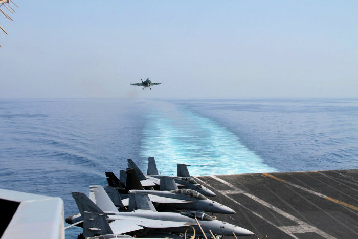 به خاطر آن که آقای شِلی همچنان مسیر خود را طرح ریزی می کند، تعدادی از هواپیماها که زودتر بیرون رفته اند، به زمین باز می گردند.
