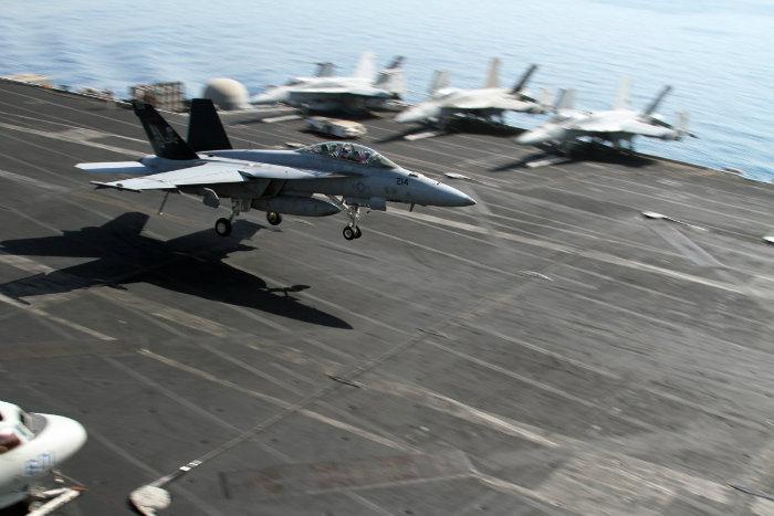خلبان ها قصد دارند با قلاب کردن هواپیما به 4 کابلی که در طول عرشه کشیده شده، حرکت خود را به سمت دیگر ناو متوقف نمایند.