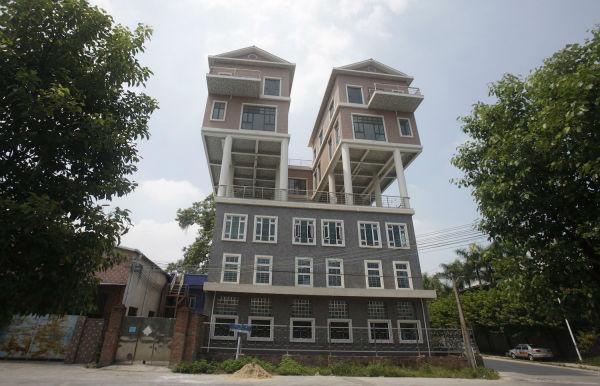 در استان دونگوان چین، دو خانه در بالای یک کارخانه ساخته شده اند. آن ها در سال 2013 احداث شده اند و ظاهر فرایند ساخت آن ها اندکی غیر معمول بوده است