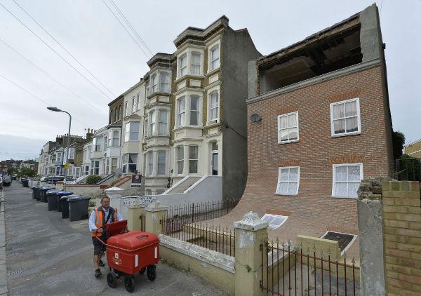 طراحی خانه عجیبی که در شهر مارگِیت انگلستان احداث شده، به گونه ایست که انگار در حال سرازیر شدن است. «اَلِکس چینِک» این اثر هنری را خلق نموده و در معرض دید همگان قرار داده است