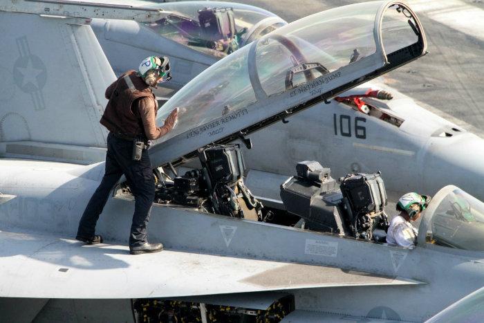 هنگامی که خلبان بیرون می آید، خدمه وارد جت شده و به تمیز کردن و چک نمودن آن مشغول می شوند.