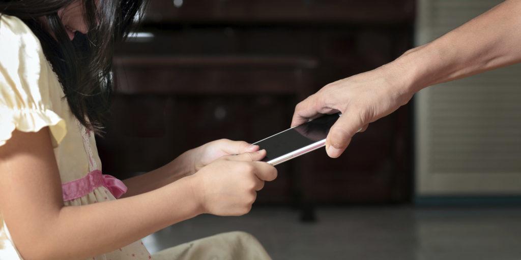 چگونه بدون باج دادن به فرزندانمان، آنها را از تلفن های همراهشان دور نگه داریم