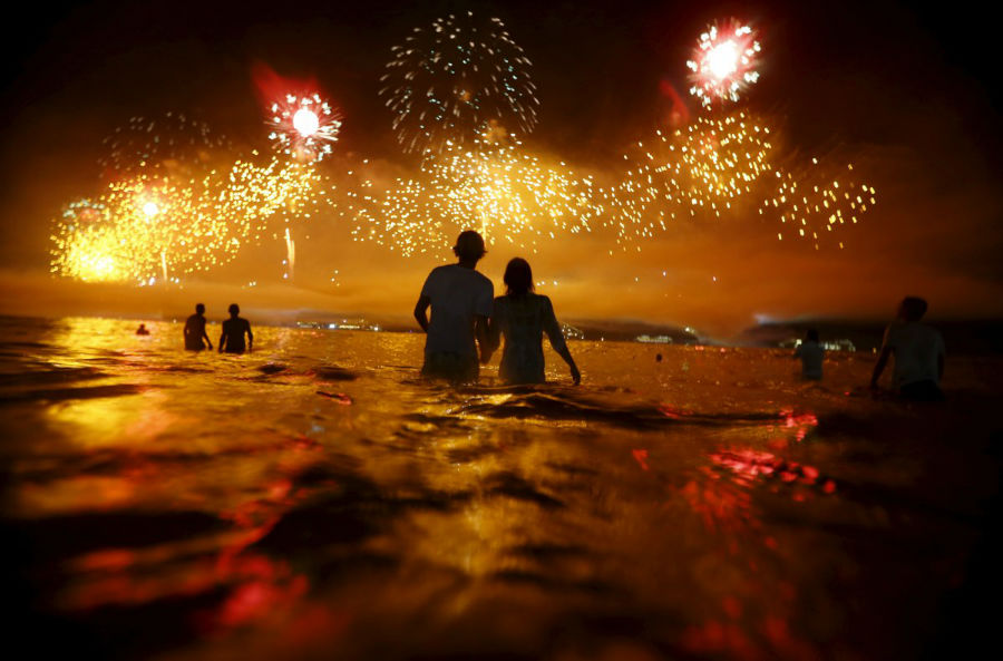 مردم در حال تماشای مراسم آتش بازی در ساحل کوباکابانا در ریو دو ژانریو هستند که به مناسبت جشن سال نو برپا بوده است - برزیل، اول ژانویه