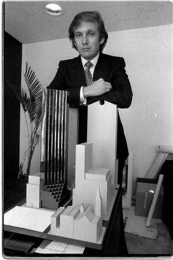 دونالد ترامپ در 1980 در کنار ماکت برج ترامپ