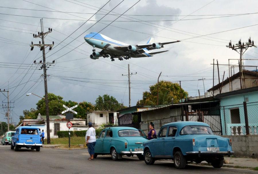هواپیمای ایر فورس وان که حامل باراک اوباما و خانواده وی است، بر فراز آسمان هاناوا - 20 مارس 2016