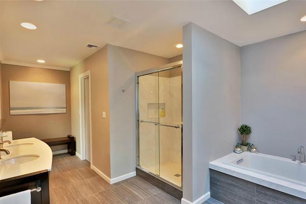 سرویس بهداشتی اصلی خانه که طراحی کاملا مینیمالیستی دارد.
