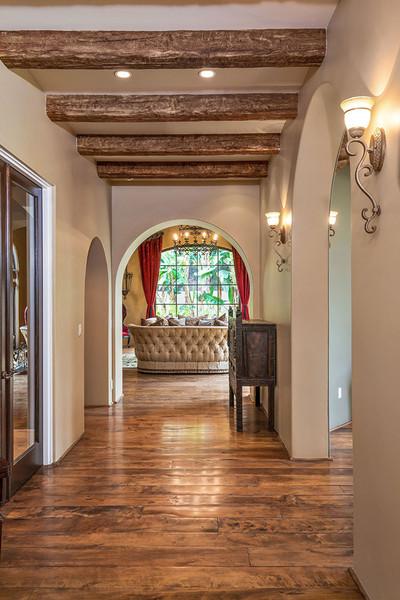 در راهروهای خانه شاهد روشنائی ها و تاقچه های چوبی روی دیوار و تزئینات چوبی روی سقف هستیم.
