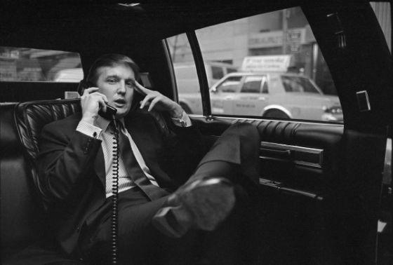 دونالد ترامپ در حال مکالمه تلفنی در رابطه با پروژه وست ساید در مرکز شهر منهتن در هتل Hyatt در خیابان 42ام در نیویورک - 18 نوامبر 1985