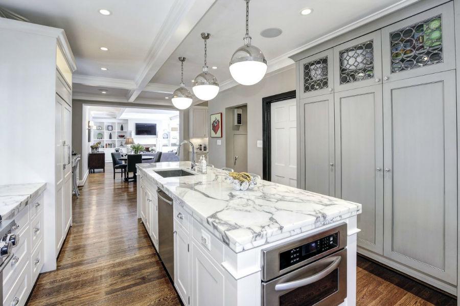 رنگ اصلی آشپزخانه، سفید است که با وسایلی از جنس استیل پر شده. سنگ مرمری که برای روی کانتر انتخاب شده است نیز رگه های از رنگ نقره ای در خود دارند تا به زیبایی بیشتر فضا کمک کنند.