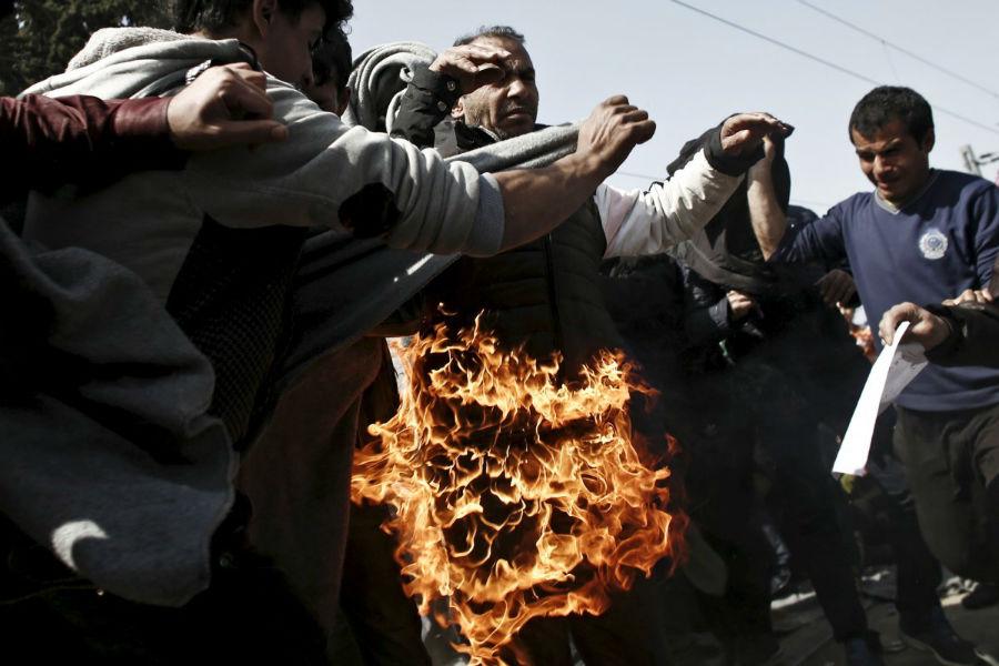 یک پناهجو در مرز یونان و مقدونیه در اعتراض به بسته بودن این مرز خود را به آتش کشید. 22 مارس