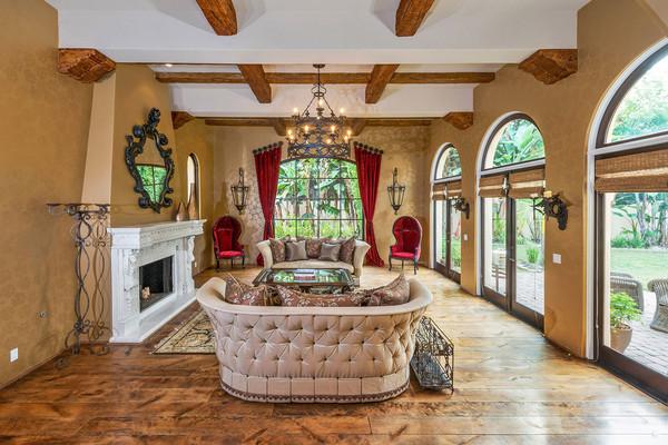 اتاق نشیمن رسمی این خانه، پر نورترین قسمت خانه محسوب می شود که با مبلمان بافت دار و دیوارهایی که درهای فرانسوی در آنها کار شده، مزین گشته است.