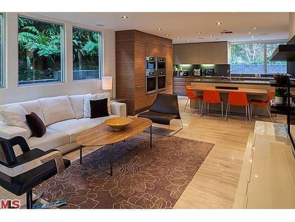 در طرف دیگر طبقه همکف، سومین فضای نشمین خانه قرار دارد که یک میز ناهارخوری 4 نفره نیز در فاصله این اتاق و آشپزخانه تعبیه شده.
