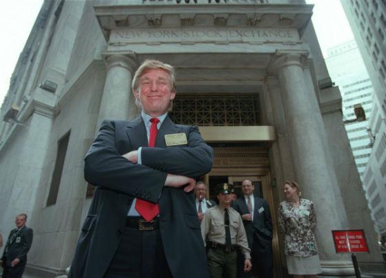 دونالد ترامپ در مقابل ساختمان بورس نیویورک پس از ثبت سهام خود ژست گرفته - 7 ژوئن 1995 در نیویورک