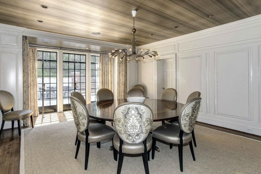 در کنار آشپزخانه، یک اتاق غذاخوری بسیار شیک قرار دارد که طراحی آن با تکیه بر رنگ های خنثی صورت پذیرفته است.