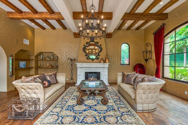 مبلمانی که در دو طرف میز پیش دستی قرار گرفته شده اند، طراحی ایتالیایی داشته و دقیقا حال و هوای خانه های توسکانی را زنده می کنند.