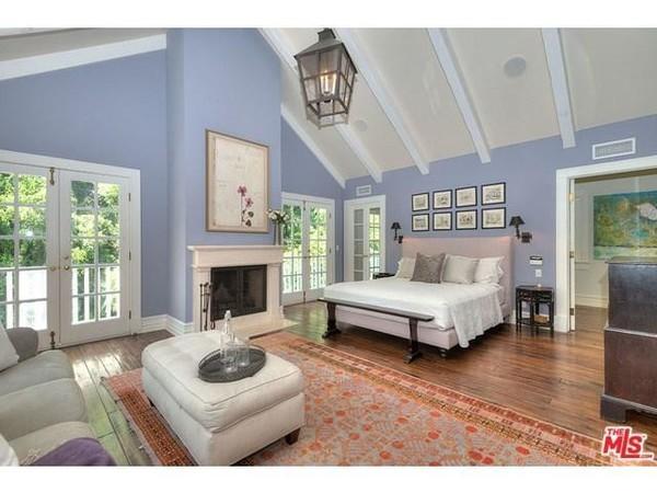 اتاق خواب با سقف شیروانی و شومینه
