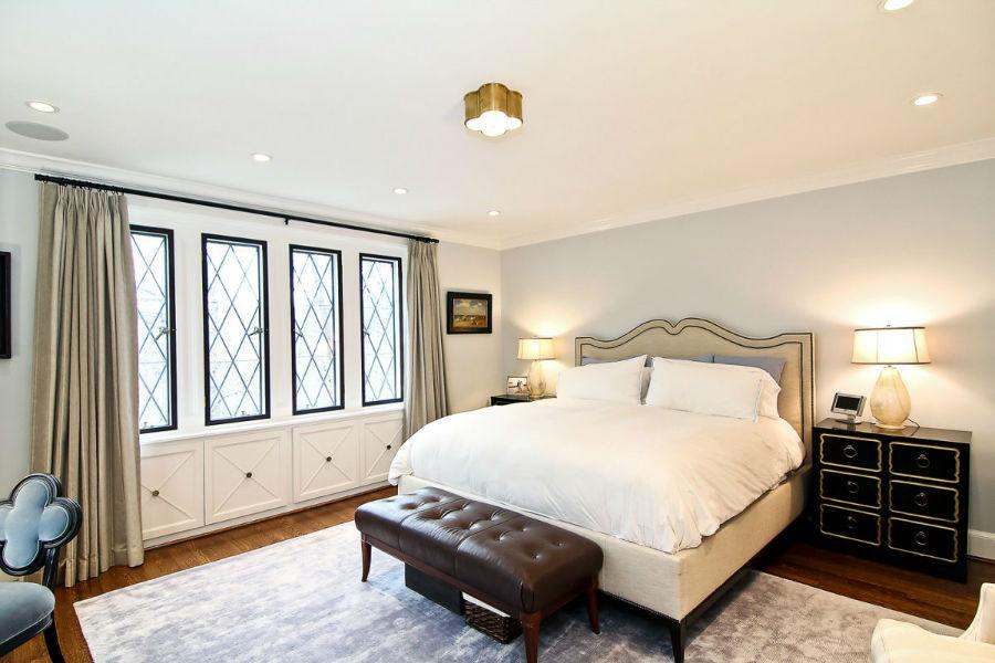 اتاق خواب اصلی در طبقه بالا قرار دارد.