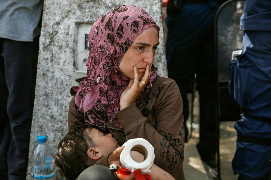 زن پناهنده ای که در مرز یونان و مقدونیه با نوزاد خود در انتظار باز شدن مرز است - 7 آوریل