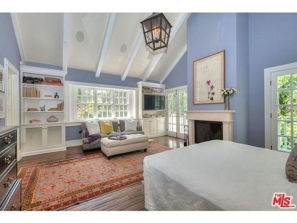 نمای دیگری از اتاق خواب اصلی که با داشتن پنجره های زیاد، بسیار روشن دیده می شود