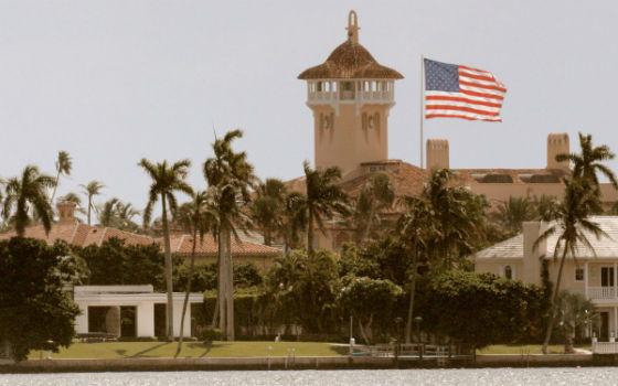 پرچم آمریکا بر فراز خانه Mar-a-Lago در پالم بیچ فلوریدا در اکتبر 2006
