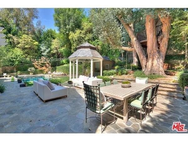 خانه درختی و فضای نشیمن در حیاط و کنار استخر