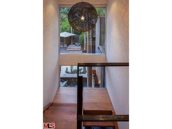 در نیم طبقه های خانه، در راه پله ها لوسترهای بزرگ کار شده و پنجره هایی که از پائین تا بالا ادامه دارند نیز به روشنائی بیشتر فضا کمک می کنند.