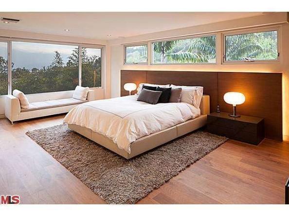 اتاق خواب اصلی این خانه چشم اندازی به درختان سبز بیرون داشته و تمامی رنگ های مورد استفاده در آن خنثی هستند.