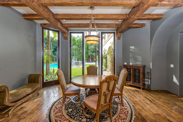 فضای غذاخوری که طبقه پائین عمارت قرار دارد، با یک میز گرد، قالیچه گرد و مبلمان چوبی مزین شده است.