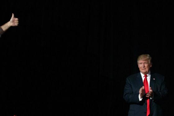 نامزد حزب جمهوری خواه آماده رفتن روی صحنه برای سخنرانی است. 31 اکتبر 2016