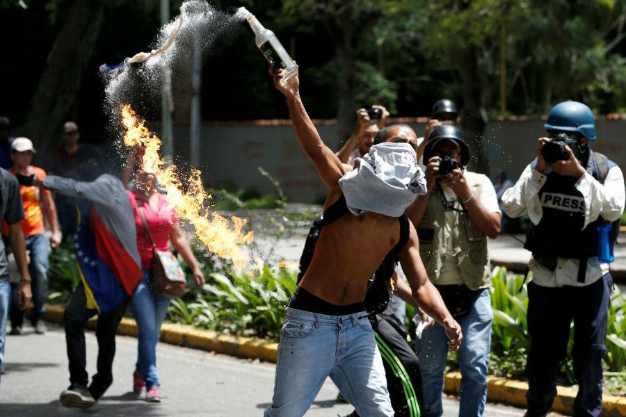 پرتاب کوکتل مولوتوف توسط دانشجویان معترض علیه اقدامات دولت در کاراکاس، ونزوئلا - 9 ژوئن