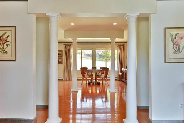 ستون های یاد شده در داخل خانه هم وجود دارند و فرمی از ویلاهای روسای جمهور آمریکا را یادآوری می کنند.