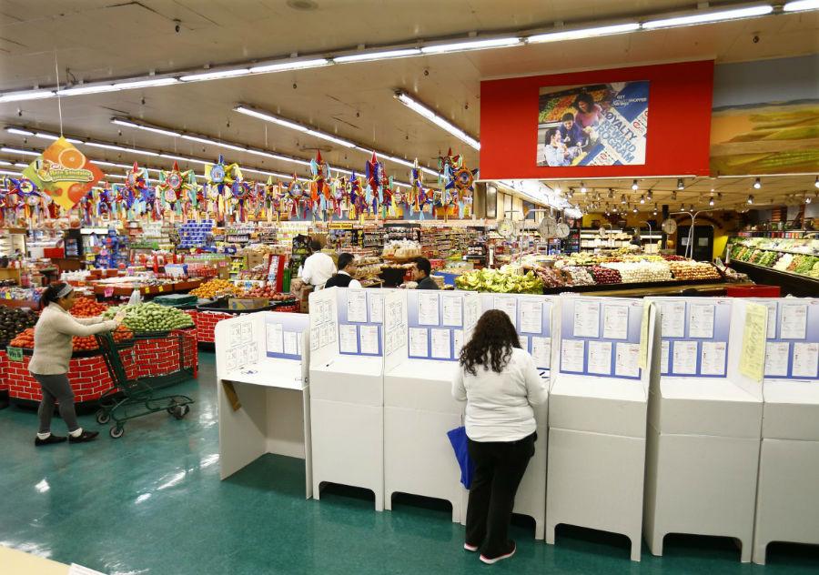 خانمی که در یکی از سوپرمارکت های بزرگ نشنال سیتی در کالیفرنیا در حال رای دادن است