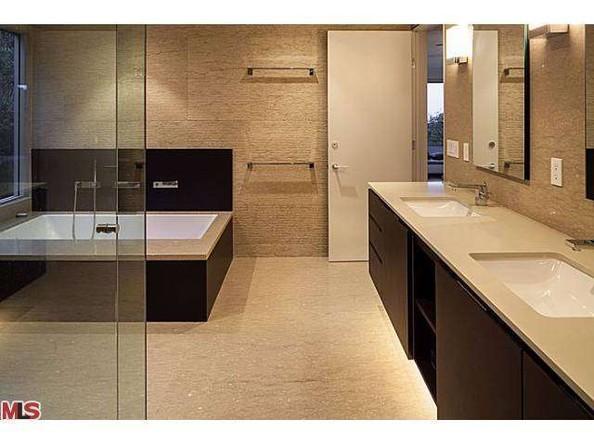 سرویس بهداشتی اصلی خانه به سبک معماری مدرن ساخته شده و شاهد وجود دو سینک و وان و جکوزی هستیم.