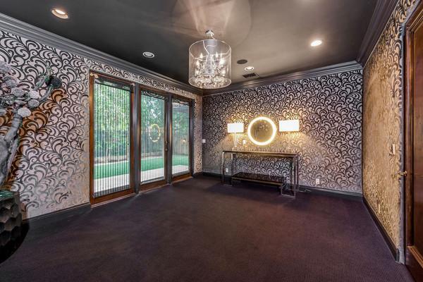 یکی از اتاق های طبقه پائین با کاغذدیواری طرح دار و گچ بری های شیک تزئین شده است.