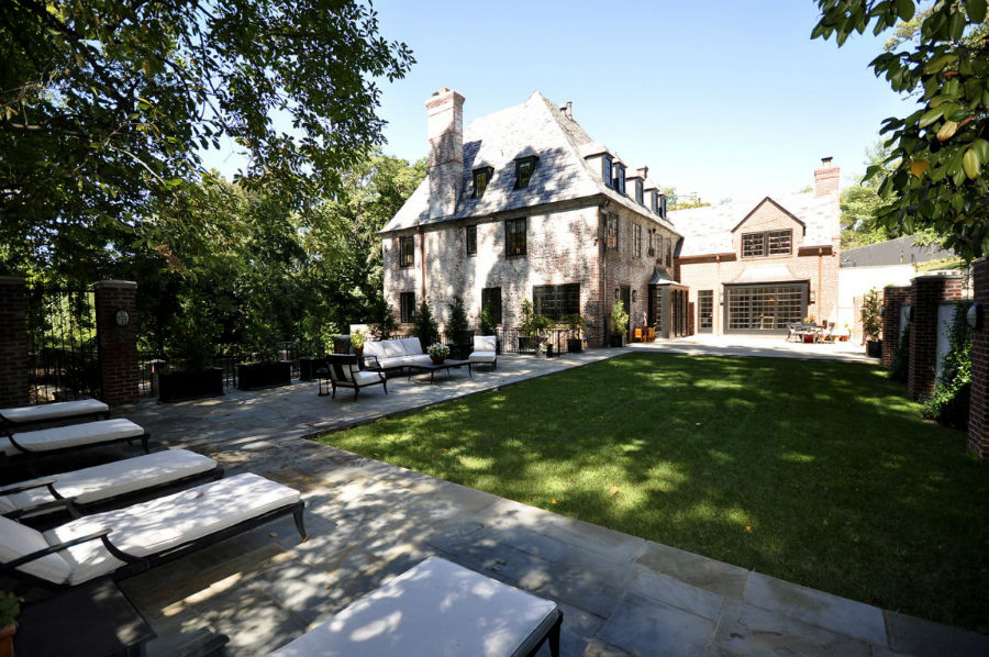 در حیاط پشتی خانه فضای نشیمن و تخت هایی برای حمام آفتاب تعبیه شده است.