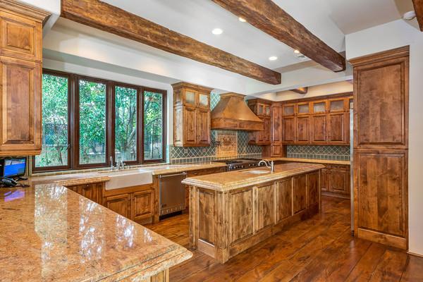 آشپزخانه نیز تماما چوبی است و حتی سنگ روی کانترها هم به رنگ چوب انتخاب شده اند.