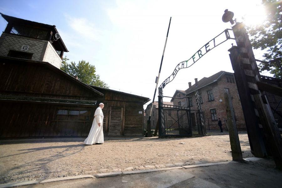 ورود پاپ فرانسیس به منطقه آشوئیتس برای بازدید از کمپ کشتار نازی ها در لهستان در 29 جولای