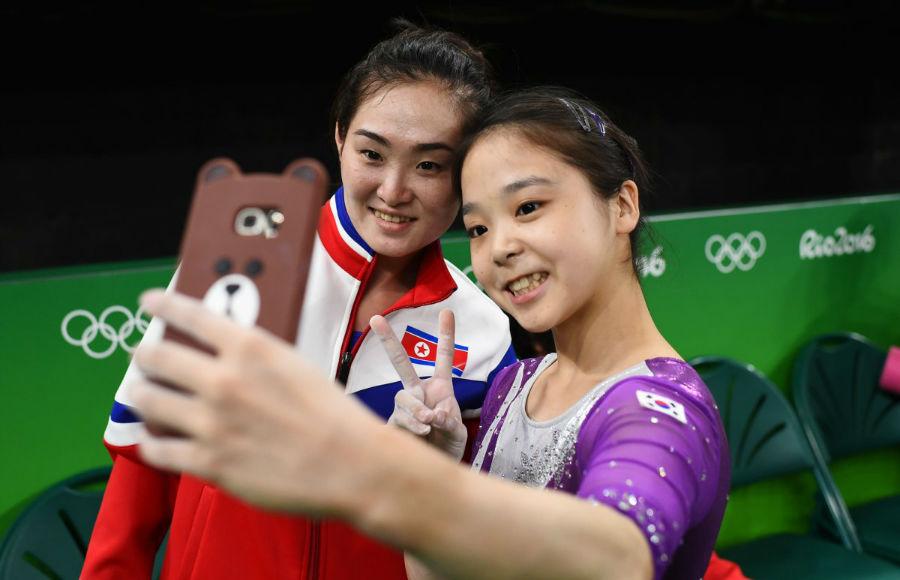 سلفی ورزشکاری به نام «لی اون جو» از کره جنوبی (سمت راست) با ورزشکار کره شمالی (سمت چپ) در طول بازی های المپیک 2016 - 4 اوت