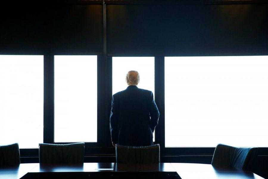 رئیس جمهور منتخب آمریکا، دونالد ترامپ در حال تماشای رودخانه میشیگان در طول بازدید خود از سایت بزرگداشت درگذشته های جنک در میلواکی در ویسکانسین - 16 اوت