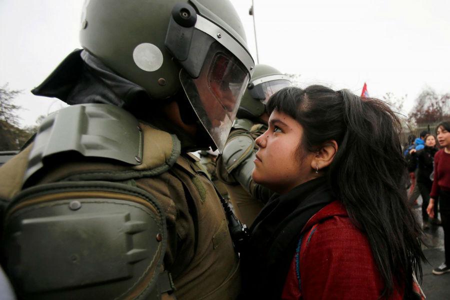 یکی از تظاهرکننده ها که برای حمایت از کودتای 11 سپتامبر سال 1973 کشور شیلی به خیابان ها ریخته بودند، مستقیما به چشمان پلیس ضدشورش خیره شده