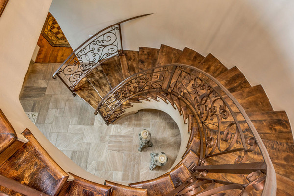 راه پله مارپیچ این خانه از بالا نمای بسیار زیبایی دارد.